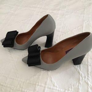 📚NWOT Mojo Moxy Gray Leather Heels